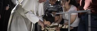 Nella foto, un momento della visita di Papa Francesco tra i profughi di Lesbo