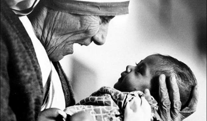 Madre Teresa Santa. Papa Francesco firma la canonizzazione