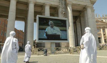 Angelus, suore guardano Papa Francesco sul maxischermo di piazza San Pietro, 24 maggio 2020