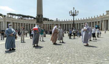 Angelus, piazza San Pietro, suore con mascherina 24 maggio 2020