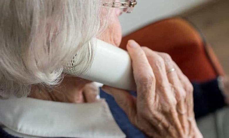 anziana al telefono