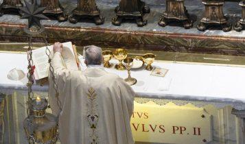 Messa celebrata da Papa Francesco all'altare della cappella della tomba di san Giovanni Paolo II, 18 maggio 2020