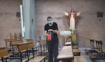 sanificazioen dopo la prima messa con i fedeli post-coronavirus, parrocchia di Santa Francesca Romana, fase 2, 18 maggio 2020