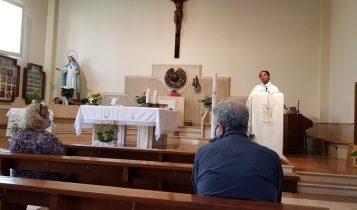 parroco celebra la prima messa con i fedeli post-coronavirus, parrocchia di S.Maria Madre della Misericordia