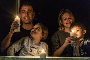 Famiglia prega alla finestra, rosario per l'italia, coronavirus, 19 marzo 2020